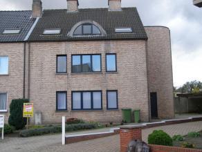 Rustig gelegen appartement op het gelijkvloers-achteraan met woonkamer met open keuken, badkamer, 1 slaapkamer en overdekte autostaanplaats. 20 Eur/m