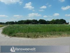 Rustig en groen gelegen bouwgrond met een oppervlakte van 1.917 m² en zuid-west oriëntatie, nabij het centrum van Retie. Vlotte verbinding n