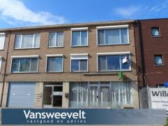 Mooi, gezellig en volledig gerenoveerd appartement op de eerste verdieping in het centrum van Oud-Turnhout. Indeling met inkomhal, woonkamer, keuken,