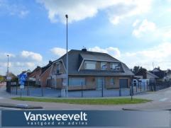 Gerenoveerde woning op een zeer commercieel gelegen perceel van 850 m².  Tot voor kort werd deze woning vergund uitgebaat als autohandel.  De won