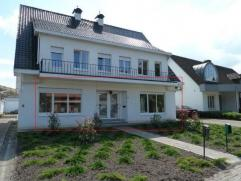 Gelijkvloersappartement met één slaapkamer, terras en gemeenschappelijke garage. Geen huisdieren toegelaten. EPC: 336 (kWh/m²jaar).