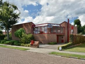 Unieke en ruime woning met 3 slpks, gezellig ingesloten terras, carport met atelierruimte. Dit op een gunstige ligging in Oud-Turnhout; rustig en toch
