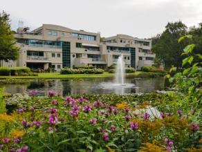 Luxe appartement in domein De Dennen, op een domein van 3 hectaren met parktuin en vijver.Het appartement meet 210 m² en biedt een ruime living,