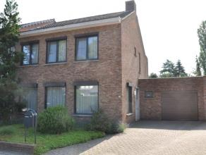 Prima gelegen woning, verzorgd en comfortabel, nabij het Sint-Jozefcollege met o.a. drie slaapkamers, garage en tuin met veel privacy.  EPC: 288. Besc