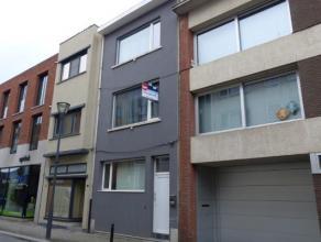 Verzorgde rijwoning in het centrum van de stad met o.a. ruime woonkamer, keuken, badkamer en drie slaapkamers.  Mogelijkheid voor dakterras op 1e verd