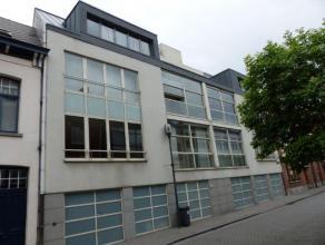 Ligging: Modern appartement op wandelafstand van de Grote Markt. Indeling: Inkomhal, woonkamer, terras/veranda, keuken, berging, toilet, 3 slaapkamers
