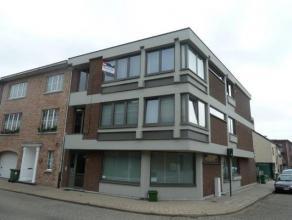 Ligging: Volledig gerenoveerd en opgeschilderd appartement op tweede verdieping op rustige ligging. Indeling: inkomhal, woonkamer, open keuken, badkam