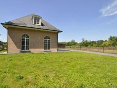 Woning in Ravels Centraal gelegen en recente gebouwde villa met 5 slaapkamers en 2 badkamers.Inkomhal met gastentoilet, ingerichte keuken, ruime woonk