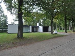 Woning in Oud-Turnhout op 3960m² Gedeeltelijk gerenoveerde, moderne laagbouwvilla op residentieel perceel van ca 3.960m². Riante inkomhal me