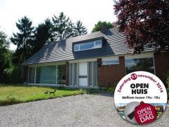 Woning in Turnhout op 2602m² Riant landhuis op circa 2.600 m² op invalsweg naar Turnhout. Inkomhal, bureel, ruime woonkamer, keuken, bijkeuk