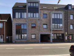 Appartement in Ravels Via inkomhal toegang naar enerzijds het leefgedeelte, anderzijds het slaapgedeelte.De leefruimte is ruim en ligt aan de straatka