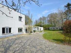 Woning in Turnhout op 970m² Zeer mooie en smaakvol gerenoveerde woning net buiten de ring van Turnhout. Veranda, gezellige woonkamer, open keuken