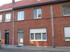 Woning met 3 slaapkamers, in een rustige straat, nabij het centrum van Turnhout. Indeling: gelijkvloers: inkomhal, ruime woonkamer, keuken, toilet, wa