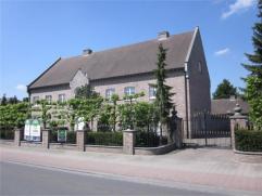 Riante villa met kantoor/praktijkruimte en 7 slaapkamers op 1,13 ha met weiland en stallingen. EPC: 242. Indeling: ruime inkomhal met gastentoilet, L-
