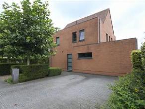 Mooie ruime woning gelegen in een rustige en landelijke omgeving op een perceel van 783 m2. Deze woning omvat op de gelijkvloerse verdieping een inkom