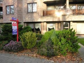 TE HUUR: Ruim gelijkvloers appartement met terras en poortje naar achterliggende garage van 18 m². Leefruimte op tapijttegels van 44 m² met