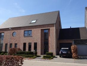 Zeer comfortabele en ruime woning met 3 slaapkamers, inpandige garage en tuin, op zeer mooie locatie in Hoogstraten. De woning bestaat op het gelijkvl