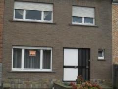 Maison bel-étage avec TROIS CHAMBRES, TERRASSE, JARDIN, GARAGE, CAVE au centre de Tervuren. Vous profiterez d'un beau living avec chemin&eacute
