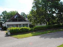 Mooie villa met ruime,gezellige tuin gelegen in residentiële omgeving op perceel van 1750 m². Via de inkomhal kom je binnen in de gezellige