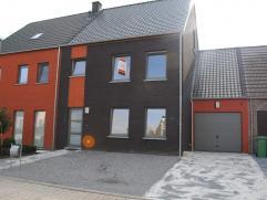 Nieuwbouw woning, gelegen in een gezellige nieuw woonwijk. Woning indeling: een inkomhal, een woonkamer, een keuken, een berging, 3 slaapkamers, een b