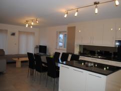 Prachtig duplexappartement op ideale locatie in Meerhout. Deze prachtige woning heeft ruime open luxekeuken met alle toestellen en een lichte woonkam