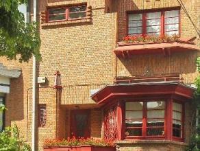 Idéalement située dans une jolie avenue résidentielle arborée, tout près du centre d'Uccle, cette charmante maison