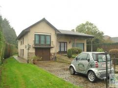 Vrijstaande woning met grote tuin te huur bestaande uit: inkomhall, ruime woonkamer (44m²), ingerichte keuken met ruimte voor eettafel (7,75m&sup