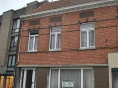 Ruim herenhuis vlakbij de markt in Geel bestaande uit: inkomhall, ruime woonkamer (37m²), ingerichte keuken (23m²; dubbele spoelbak, kookpla