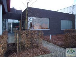 Centraal gelegen kantoorruimtes (710 m²) bestaande uit op het gelijkvloers: een ontvangstruimte, een ruime ingerichte receptie, 2 afzonderlijke i