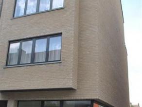 Leuk recent dakappartement in het centrum van Tessenderlo bestaande uit: inkomhall, apart toilet, woonkamer (17m²), ingerichte keuken (10m²;