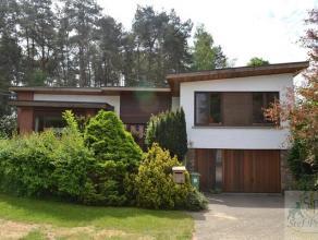 Residentieel gelegen woning op een perceel van 682m². Indeling: inkomhall met vestiaire, ruime living met veel lichtinval, eetkamer met terras, k