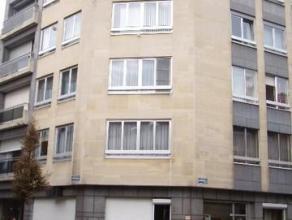 Licht hoekappartement op hoogste verdieping bestaande uit inkomhall met grote vestiarekast, living op parket met aansluitend balkon, keuken met toeste