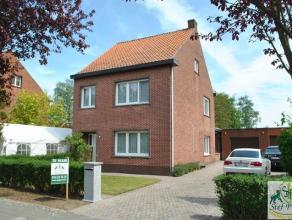 Charmant huis, gelegen op een centrale ligging, bestaande uit: ruime living (42m²), ingerichte keuken (gasvuur, dubbele spoelbak, dampkap), badka