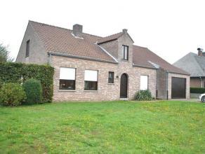 In het centrum van Geel gelegen, ruime woning bestaande uit: Inkomhall (tegels, 12m²), ruime living (tegels, 32m²), ingerichte ruime keuken