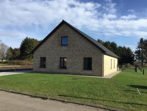 Recente woning in rustige, landelijke omgeving nabij het centrum van Retie te koop. De inkom bevindt zich aan de linkerkant van de woning en geeft uit