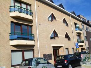 Gezellig duplex dakappartement op derde verdieping (lift in het gebouw) bestaande uit inkomhall, apart toilet, leefruimte, ingerichte keuken, berging,
