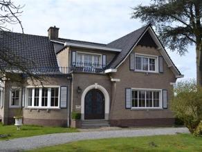 Ruime, statige villa met mooie authentieke elementen op een perceel van 2.104m². De woning is als volgt ingedeeld: Het gelijkvloers bestaat uit e