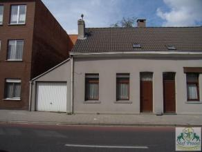 Gezellige woning gelegen in het centrum van Geel, bestaande uit: Living (laminaat), tussenhal met open ingerichte keuken (tegels, kasten, enkele spoel