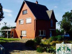 Klassiek, charmant landhuis, gelegen op het platteland van Geel; bestaande uit: Gelijkvloers: ruime inkomhall, ruime living met openhaard, eetkamer en