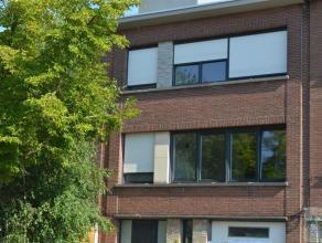 Gezellig appartement gelegen op de 2de verdieping in het centrum van Mortsel bestaande uit: ruime living met open ingerichte keuken met kookeiland, be