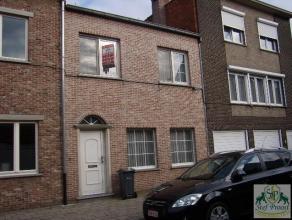 In het centrum van Geel gelegen woning bestaande uit op het GLVL: ruime inkomhall (tegels), living (tegels; 34m²), ruime ingerichte keuken (tegel
