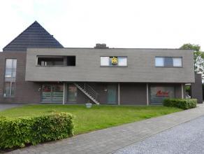 Luxueus appartement op de eerste verdieping met twee slaapkamers gelegen te Tessenderlo. Verder bestaat dit appartement uit een ruime leefruimte met e