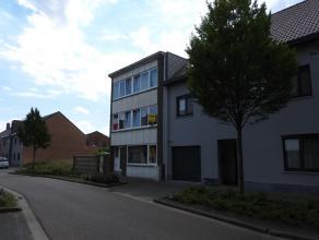 Ruim duplex appartement met vier slaapkamers gelegen in het centrum van Tessenderlo. Op de eerste verdieping vinden we de leefruimte met open haard, k
