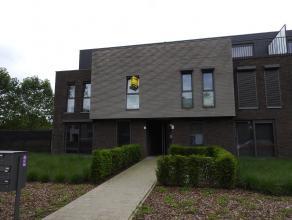 Recent modern appartement gelegen op de eerste verdieping met drie slaapkamers. Verder bestaat dit appartement uit een ruime leefruimte met open inger