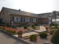 Zeer goed verzorgde ruime gelijkvloerse woning op 17a 30ca, gelegen aan de dorpsrand van Meerhout.  Er is een groot atelier-magazijn (290 m²), u