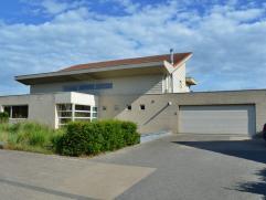 Ruime strakke villa op 3010 m², rustig gelegen te Hulsen - Balen.  Architecturale woning ontworpen door de eigenaar architect zelf.  Zeer gesch