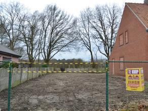 Perceel bouwgrond voor een halfopen bebouwing.<br /> 3a 51ca - perceelbreedte 9,95m<br /> Gelegen aan de verbindingsweg Meerhout-Geel,  <br /> Groene