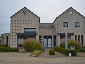 Opvallend en uitzonderlijk gebouw - handelsgelijkvloers (225m²) en een luxueus appartement (3 slaapkamers). Commercieel gunstige ligging. Autowe