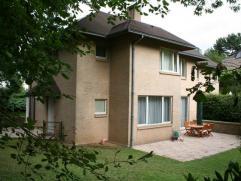 UCCLE : villa récente sur 7 ares d'un surface habitable de 300m2. 6 chambres, 2 salles de bain, 2 salles de douche. Beau jardin bien orient&eac