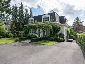 Au cur du quartier de l'Observatoire, dans un cadre verdoyant, jolie maison construite en 1980 de style mansard dveloppant une superficie de 320 m sur